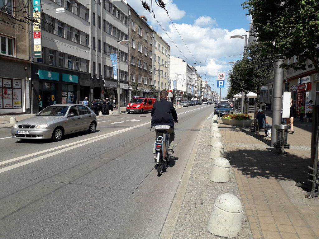 Rowerzysta na ulicy świętojańskiej
