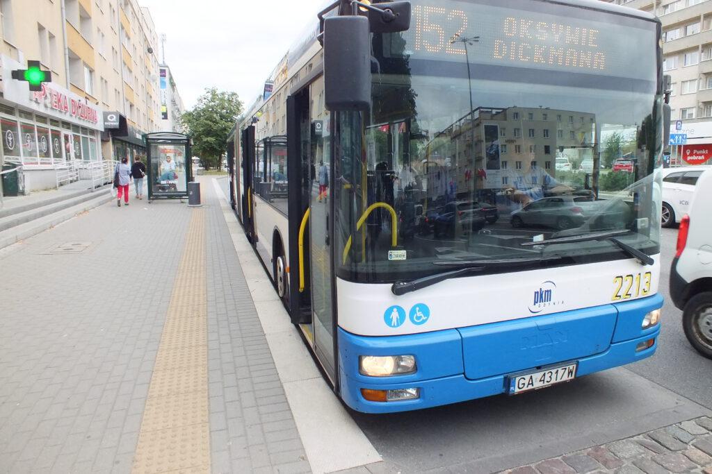 Autobus przy zmodernizowanej zatoce przystankowej przy ul. Władyslawa IV