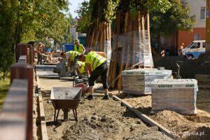Prace budowlane, czyli kładzenie nowego chodnika przy ulicy Godebskiego
