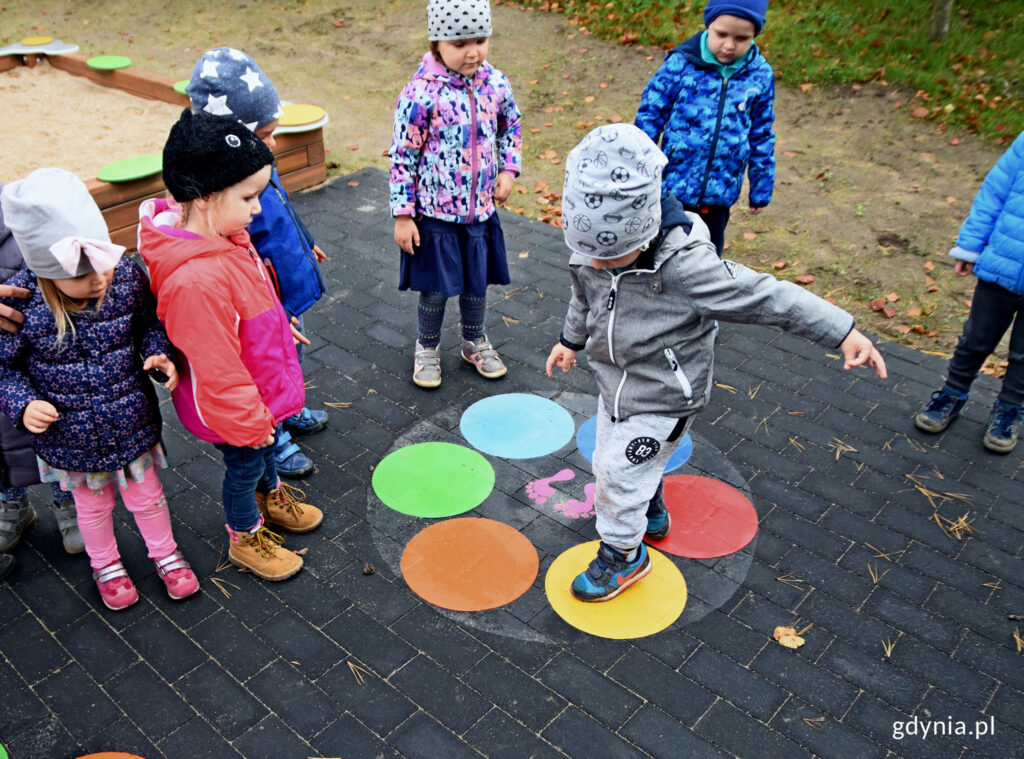 Przedszkolaki na placu zabaw przy ulicy Korczaka