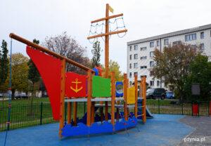 Urządzenia na placu zabaw przy ul. Błękitnej