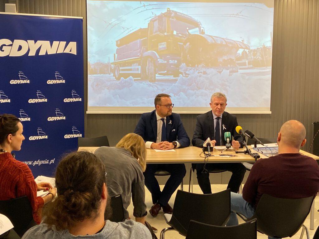 Marek Łucyk- wiceprezydent Gdyni i Wojciech Folejewski - dyrektor ZDiZ prezentują zasady nowego modelu utrzymania gdyńskich dróg