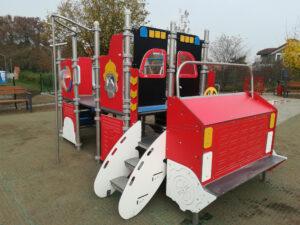 auto strażackie na placu zabaw przy Źródło Marii