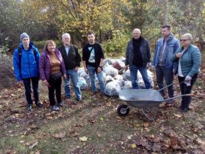 Mieszkańcy i radni dzielnicy Mały Kack podczas sprzątania terenu przyszłego parku/ fot. Wiesław Karpisiak