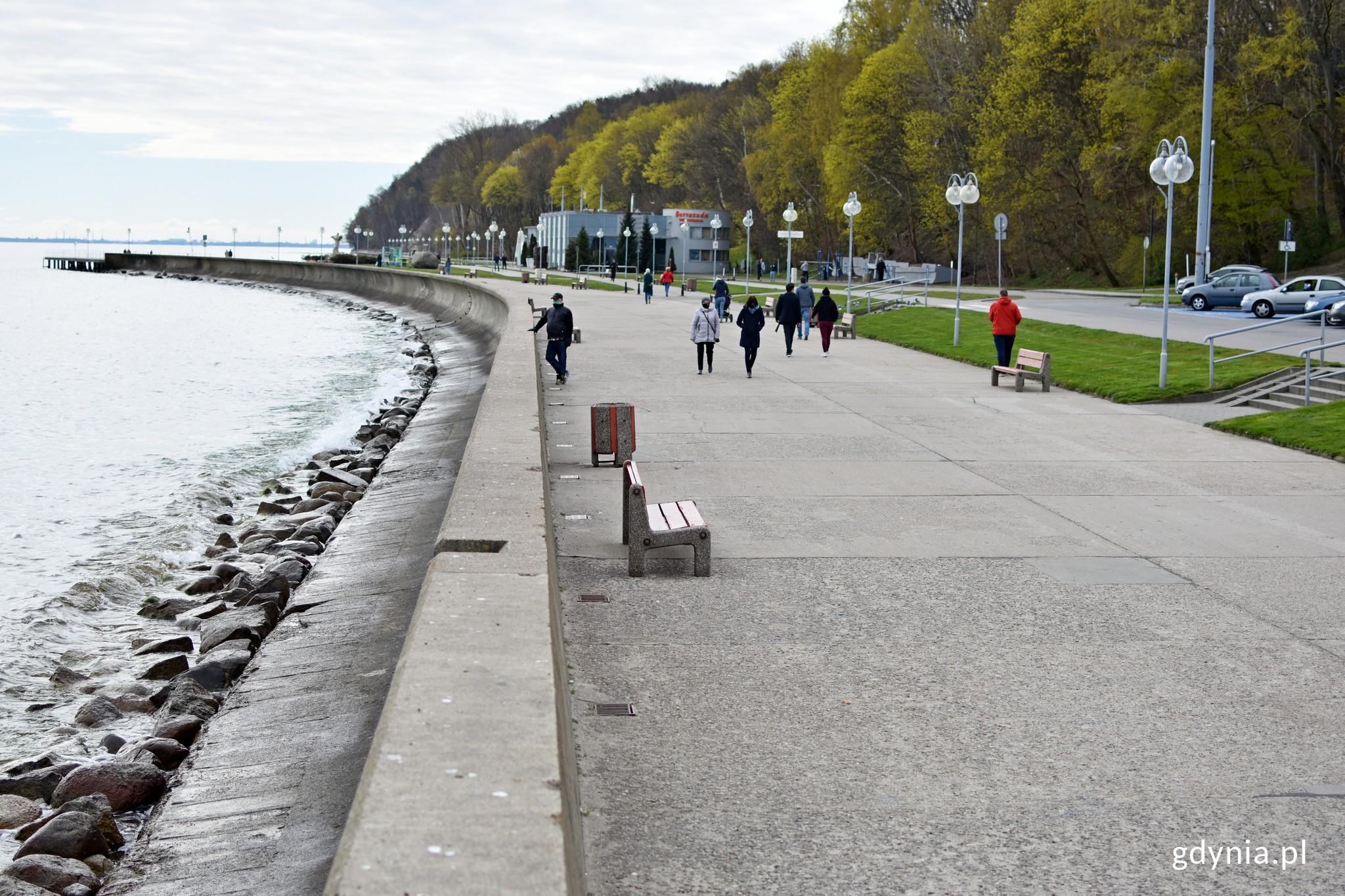 Tak obecnie wyglądają lampy na Bulwarze Nadmorskim, a juz wkrótce zostaną zamienione na minimalistyczny i energooszczędny model // fot. gdynia.pl