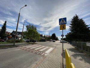 """Żółte barierki, znak pionowy """"Agatka"""", wyniesione przejście dla pieszych przy szkole na Dąbrowie // fot. ZDiZ"""