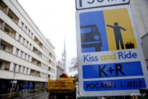 "Znak ""kiss and ride"" na ul. 3 Maja // fot. gdynia.pl"