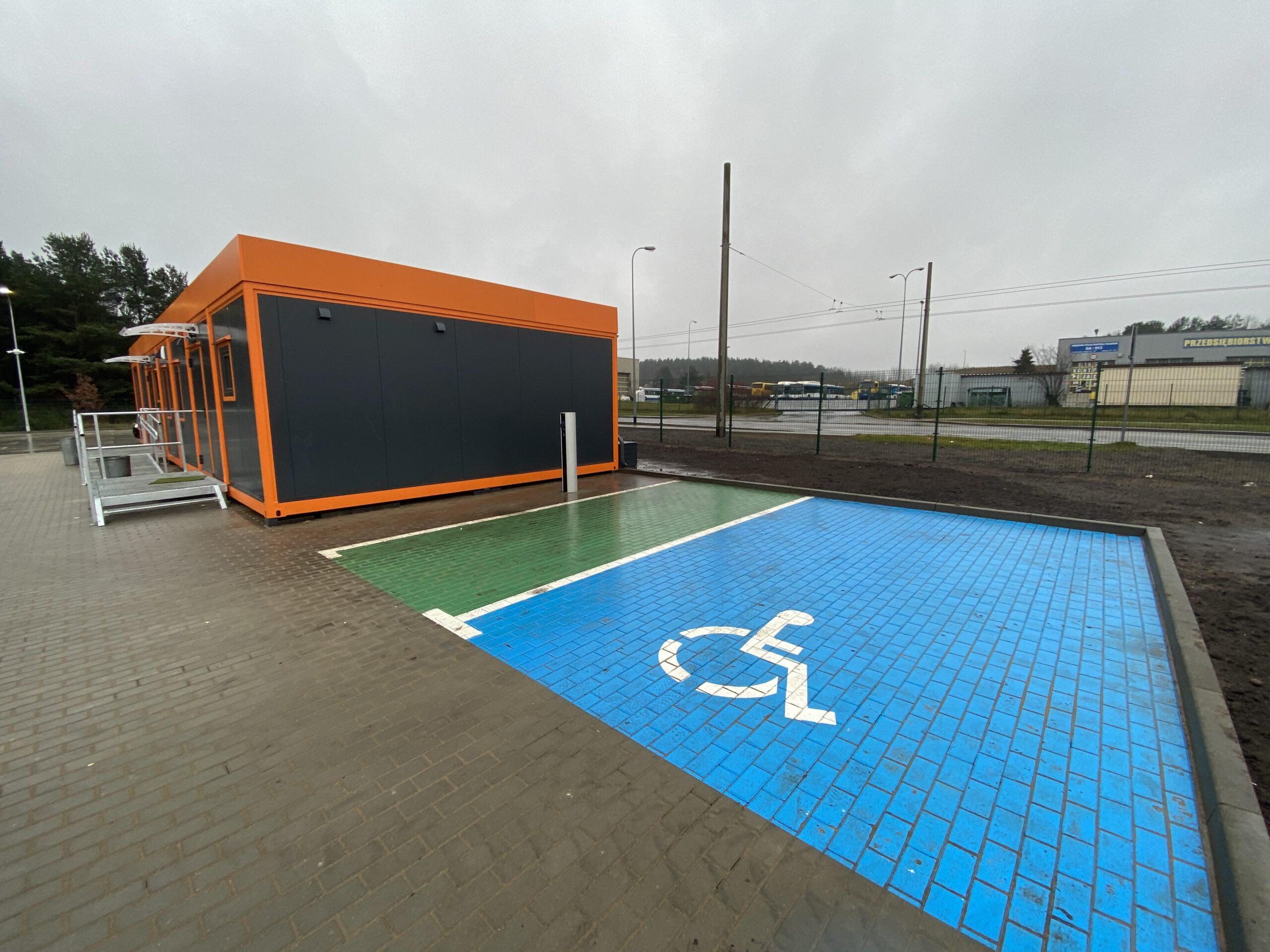 Miejsca parkingowe dla osób z niepełnosprawnościami i dla aut elektrycznych oraz ładowarka // fot. ZDiZ
