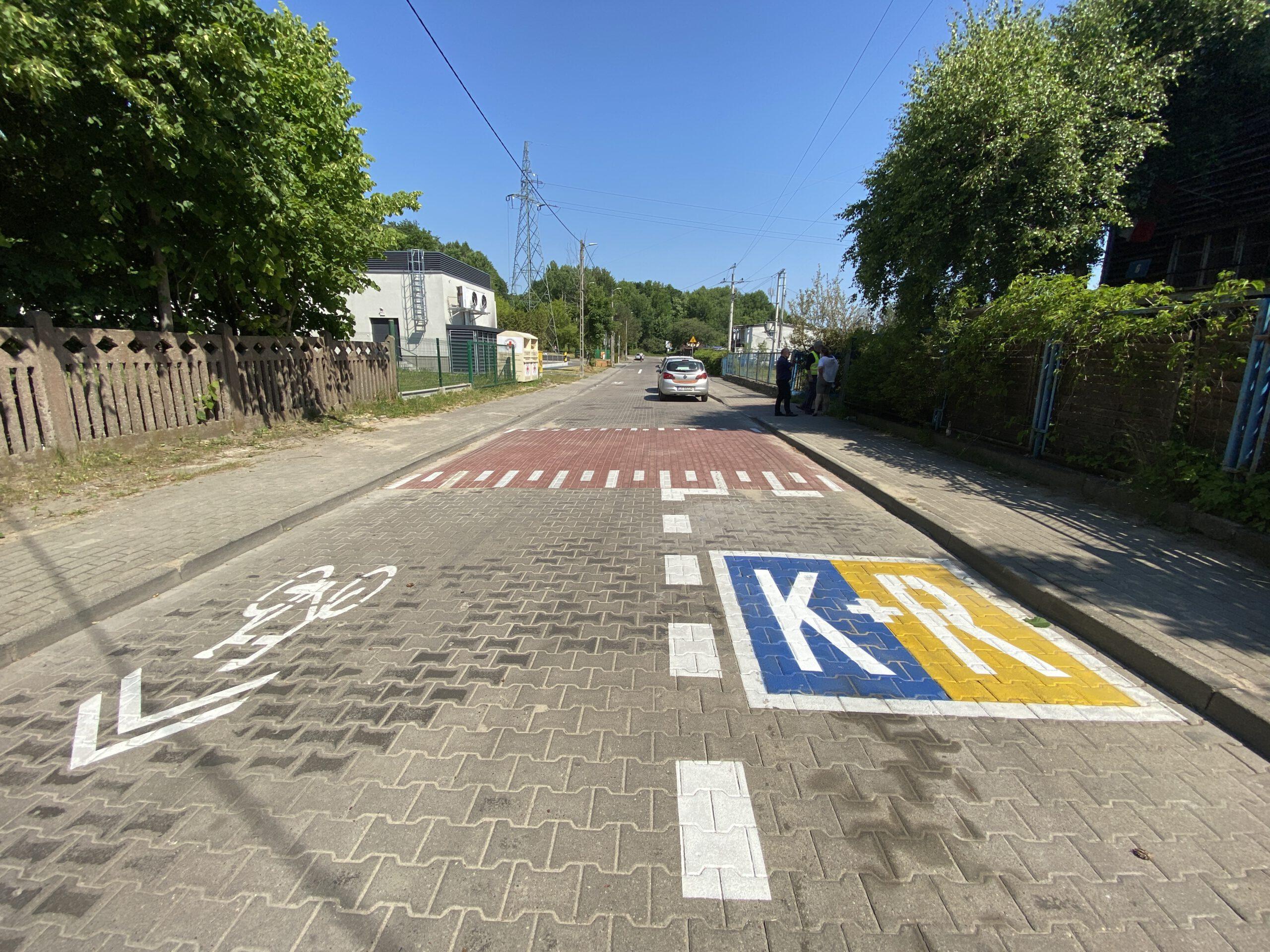 Żółto-niebieski znak Kiss and Ride, próg zwalniający i droga rowerowa na ul. Halickiej // fot.ZDiZ