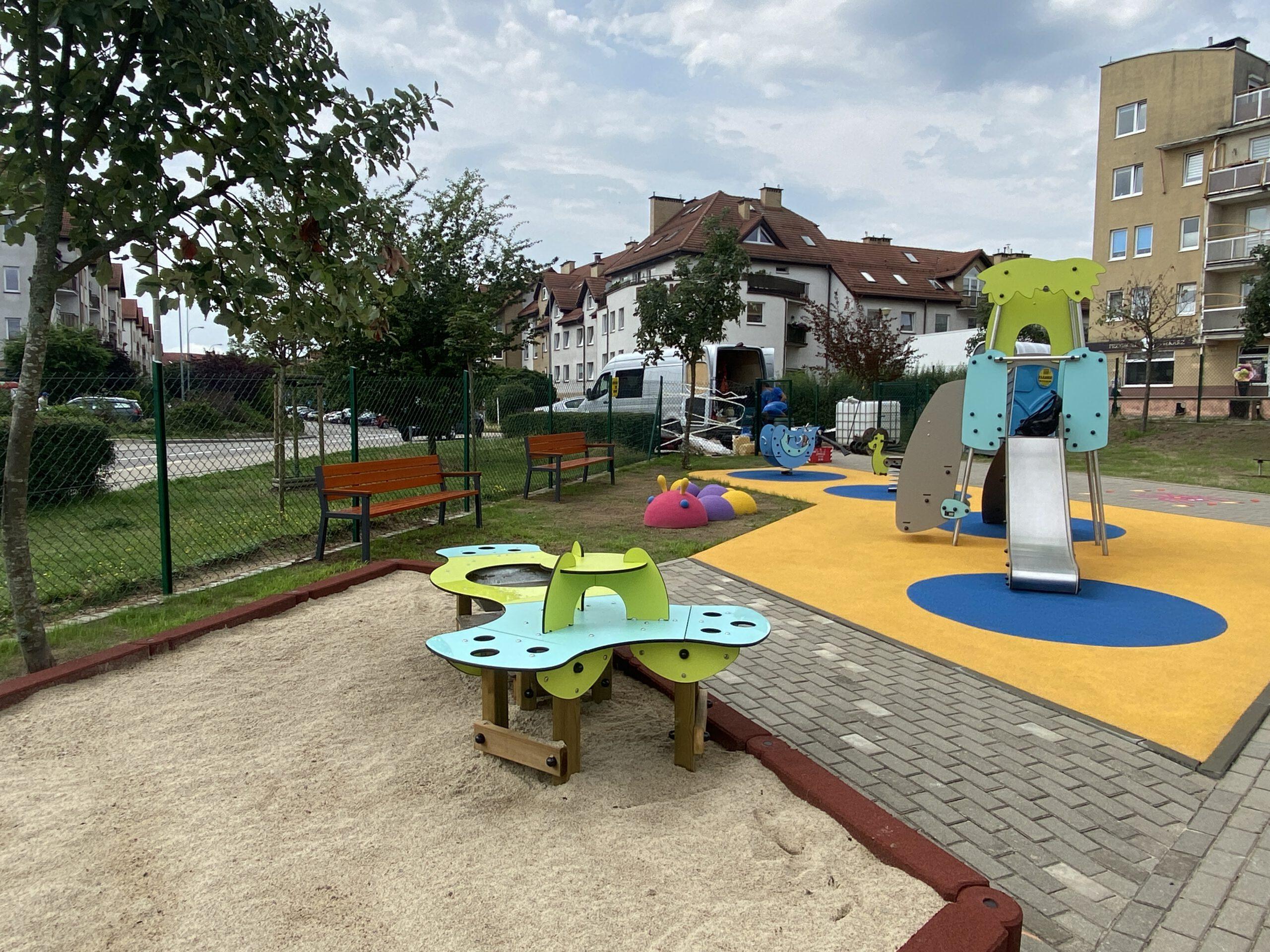 Nowe urządzenia zabawoe na placu zabaw na Fikakowie // fot. ZDiZ
